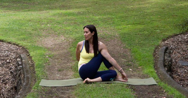 beginner-yoga-poses-ardha-matsyendrasana